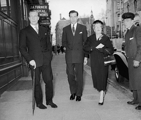 From left to right, John Aspinall (1926 - 2000), John Burke, and Aspinall's mother, Lady Osborne, arrive for a court hearing, all charged with gaming offences, 15th February 1958. (Photo by Evening Standard/Hulton Archive/Getty Images)
